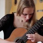 Guitarrista Julia Trintschuk interpreta Koyunbaba part I & IV de Carlo Domeniconi