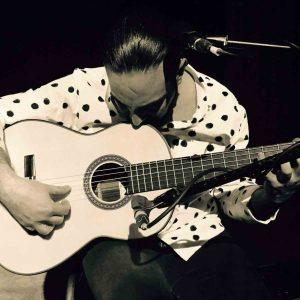 Alain tocando guitarra