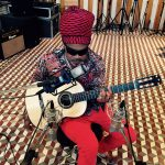 carlinhos brown con guitarra española