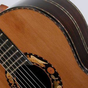 guitarra clásica de costado