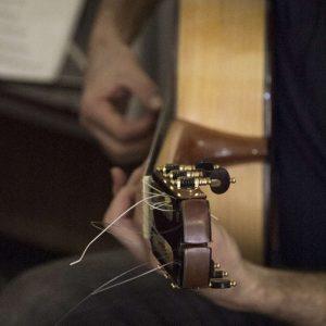 guitarra ciprés de lado
