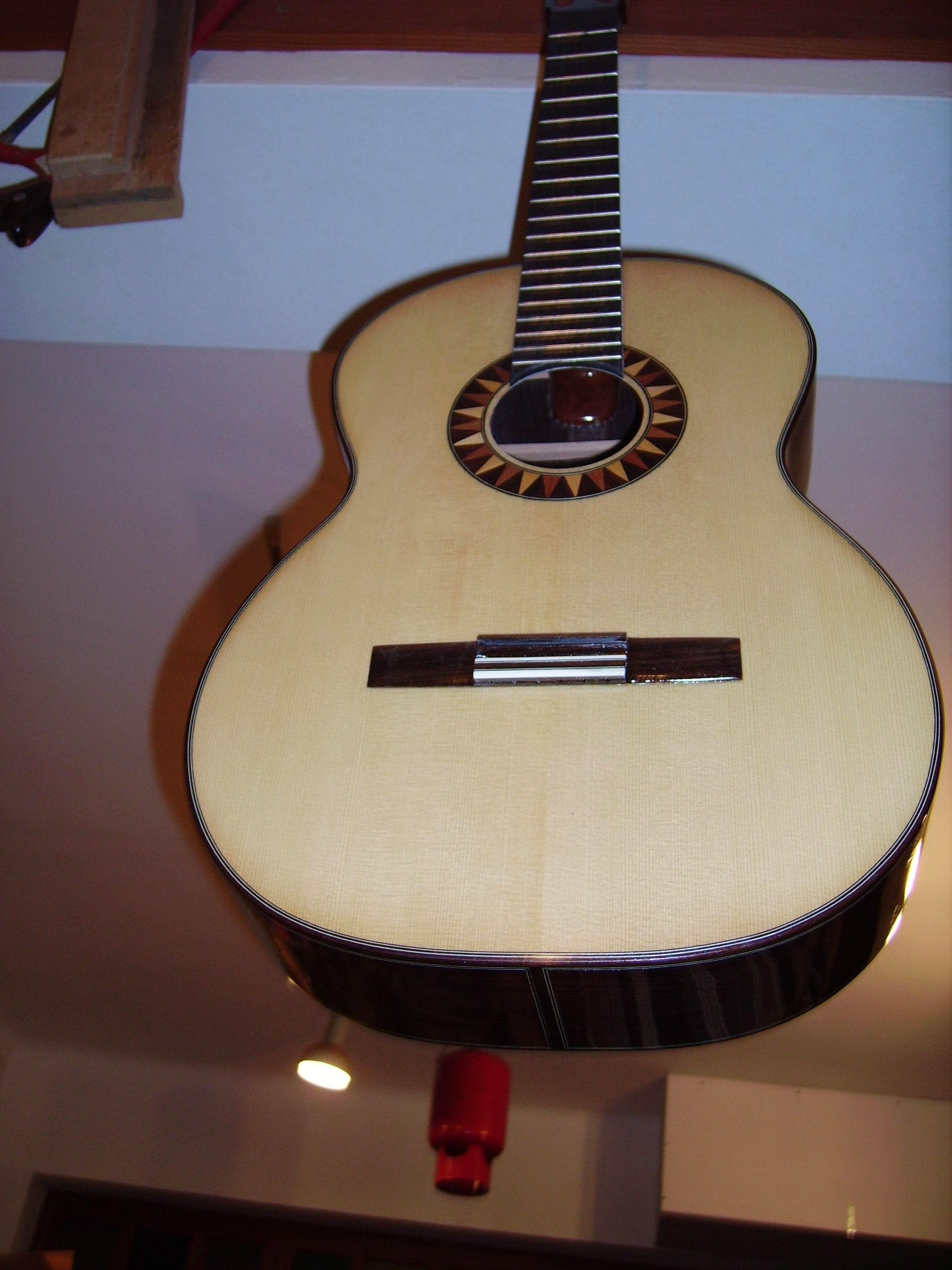 guitarra colgada