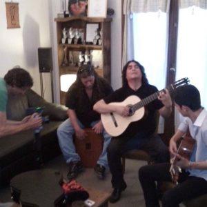 Luis salinas tocando guitarra