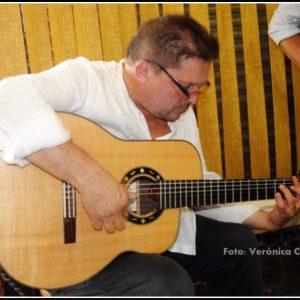 Paco Ortega tocando nuestra guitarra con su dispositivo