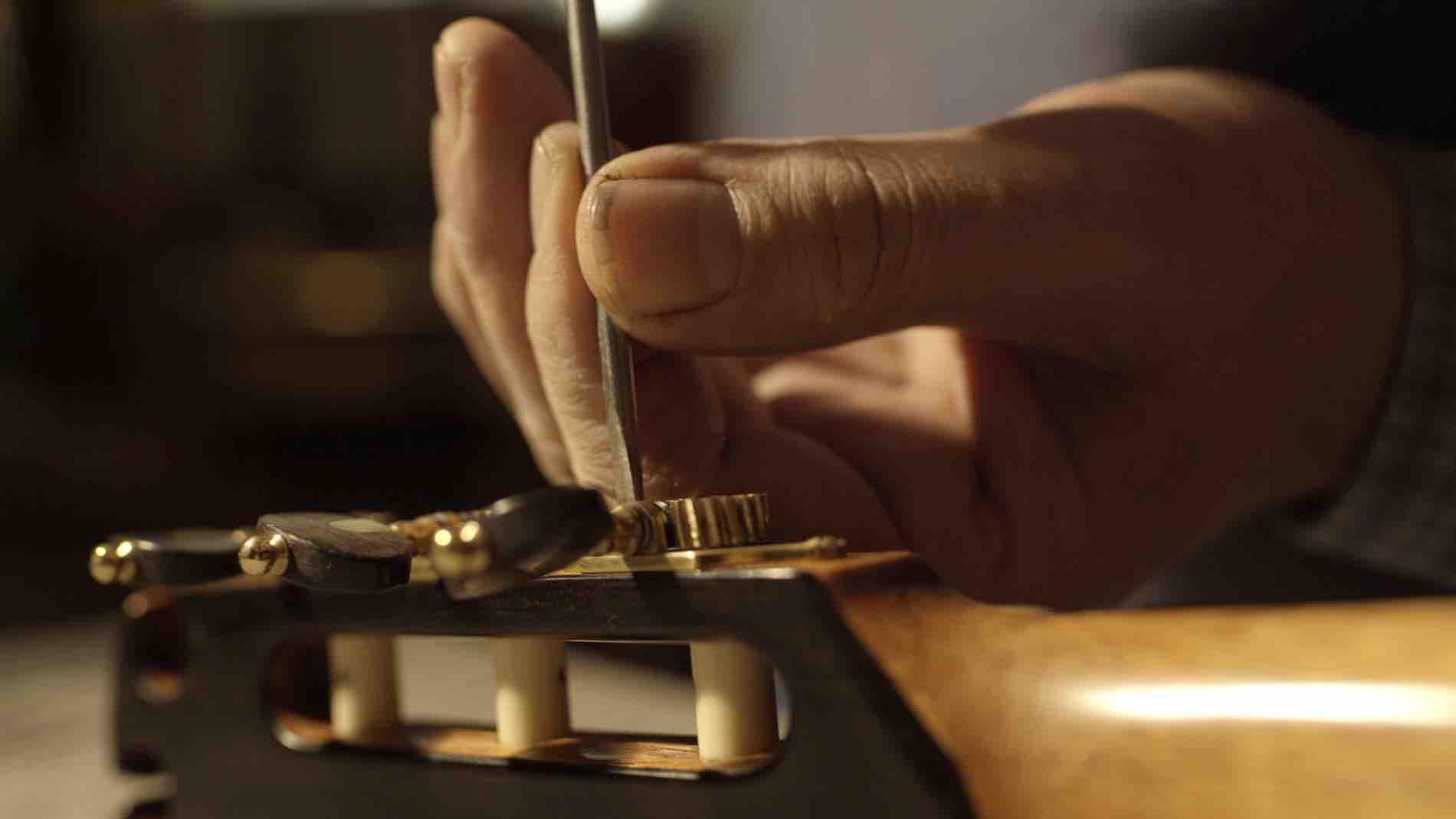 classical-guitar-tuning-machine