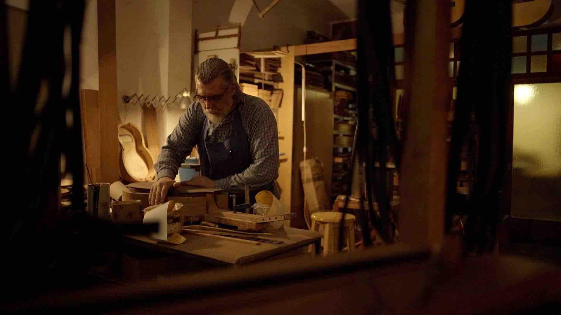 luthier-cerrando-guitarra