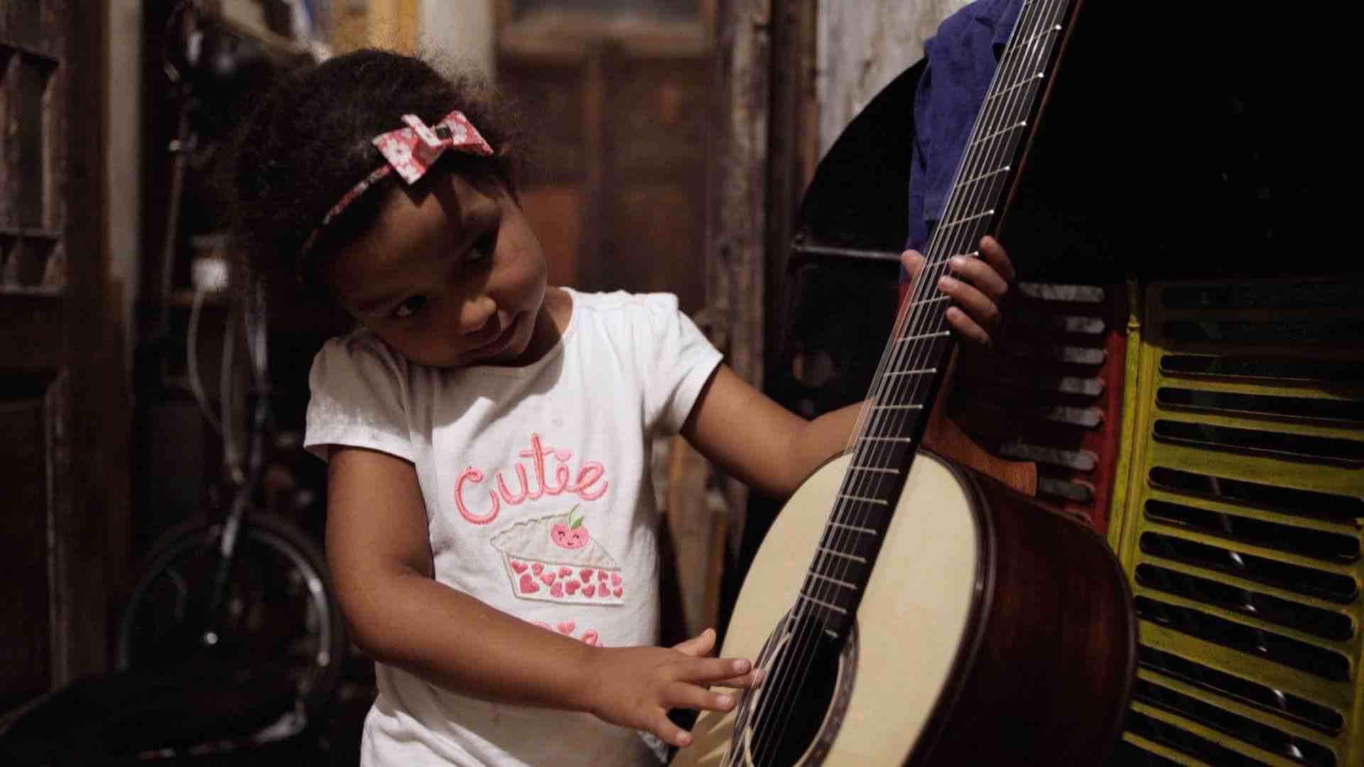 nina-amb-guitarra